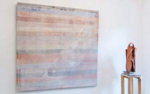 Horizontale Schichten mit Objekt in der zeitgenössischen Kunst