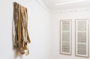 Ausstellungsansicht Galerie Zeichnung Objekt mit Erdpigment